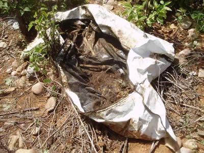 Miséria: Cadáver é encontrado embrulhado próximo ao cemitério