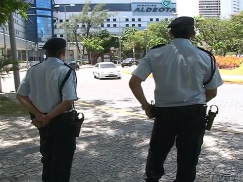 Equipes da TV Jangadeiro flagraram PMs nas ruas sem armase coletes. (Foto   Reprodução TV Jangadeiro) ece127afe3