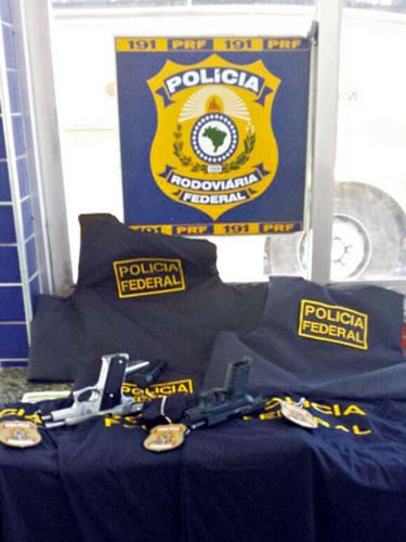 Operação da PF e PRF apreende pistolas e coletes dentro de mala em Sobral.