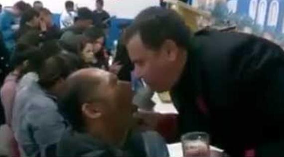 Pastor cospe água na boca de fiel em culto evangélico