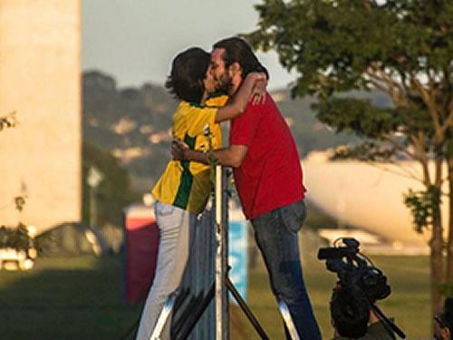 Image result for muro separando manifestantes brasilia