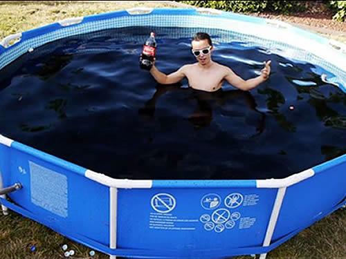 Jovem enche piscina com 6 mil litros de coca para destruir for Piscina de coca