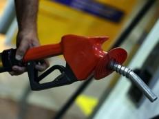 Gasolina cai, mas segue acima da semana do 1º corte da Petrobras