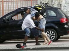 Briga entre 2 homens termina com ataque a faca