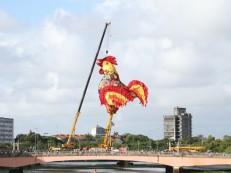 Galo gigante está pronto em ponte para decretar início da folia no Recife