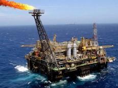 Petróleo opera em alta, refletindo avanço em posições compradas