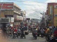 Manifestantes sobem a rua São Pedro em direção a praça do Giradouro