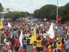Assista: Milhares de pessoas saem em passeata contra as reformas do governo na manhã desta sexta, 28