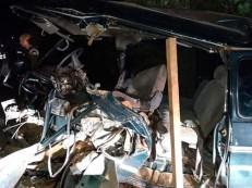 Homem morre após van bater em retroescavadeira; veículo ficou destruído