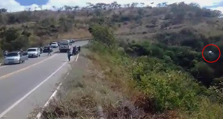 Casal de irmãos fica preso às ferragens de veículo que capotou na estrada Caririaçu/Juazeiro