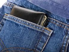 Sentar com objeto no bolso traseiro pode causar desvio na coluna