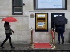 Primeiro caixa eletrônico do mundo é transformado em ouro para celebrar 50º aniversário