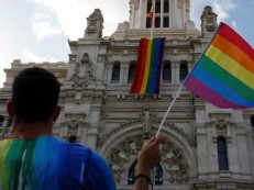 Em semana LGBT, Paris cede título de cidade do amor para Madri