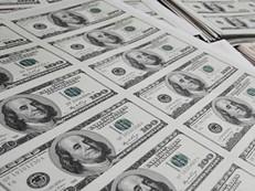 Dólar passa por correção e fecha em queda ante real