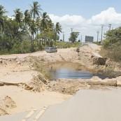 Trecho da rodovia CE-163, em Trairi, segue danificado