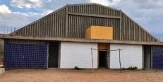 Construção de quadra de esportes está abandonada há mais de 3 anos, em Crato