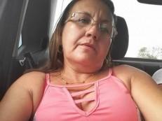 Mulher fuzilada na calçada de casa na presença do marido