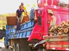 Caminhão perde freios na descida da serra e bate noutro deixando três mortos em Barbalha