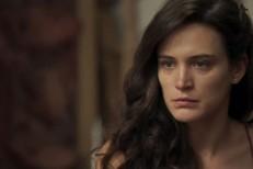 O Outro Lado do Paraíso: Clara vende quadros de Beatriz e fica milionária