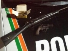 Adolescente deixa fuzil 762 cair de telhado após perseguição policial em Fortaleza