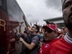 Centenas de torcedores recebem o Independiente com festa no Rio