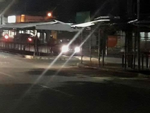 Motorista dirigiu carro pela via férrea e foi preso em alta velocidade na Avenida Ailton Gomes