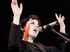Corpo da cantora do Cranberries é enterrado na Irlanda