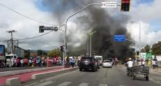Manifestantes colocam fogo em pneus e interditam Avenida Padre Cícero
