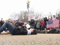 Por controle de armas, adolescentes se deitam em frente à Casa Branca