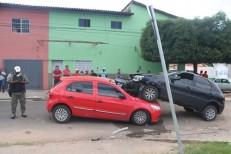 Carro fica sobre outro em acidente e quatro pessoas ficam feridas em Teresina