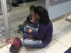 Porta giratória trava e deixa criança presa dentro de agência bancária