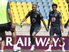 Neymar volta a treinar com bola a dois dias de enfrentar a Costa Rica