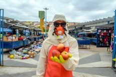 Artista questiona uso de agrotóxicos em alimentos durante ação no Mercado Público do Crato