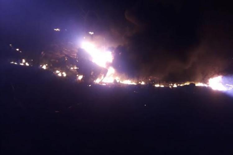 Resultado de imagem para Motorista morre carbonizado após caminhão-tanque carregado de combustível explodir ao tombar na CE-176