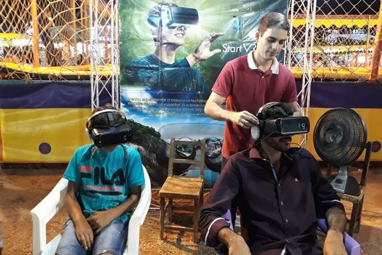 """Óculos de realidade virtual é """"opção radical"""" no parque de diversões da Expocrato"""