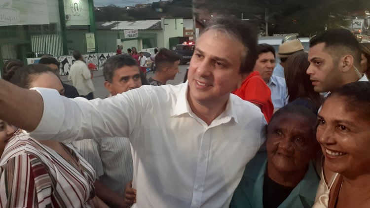 """Em Crato, Camilo Santana rebate Bolsonaro; """"não condiz com a democracia"""""""