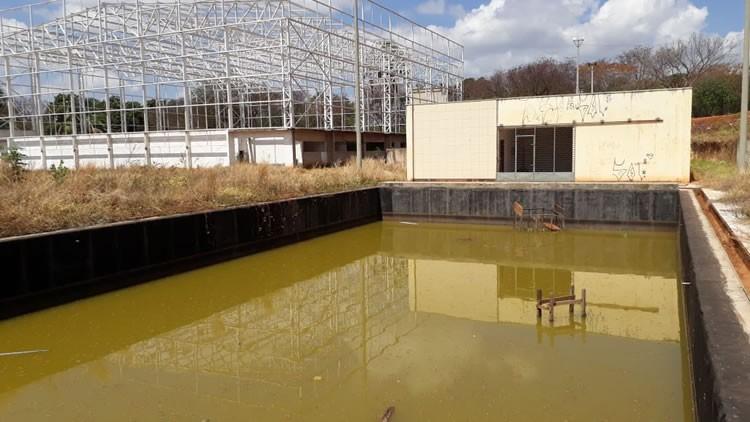Em construção há 5 anos, piscina do Parque Ecológico acumula entulho e água suja