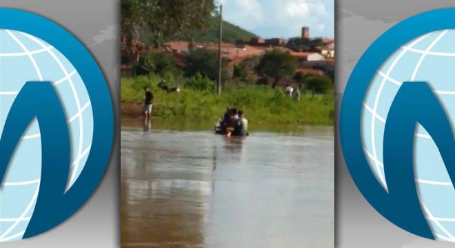 Veja imagens de canoa afundando em Tarrafas causando a morte do dono e pessoas resgatadas