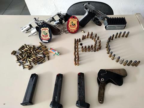 Polícia Civil prende irmãos com carros, cartões bancários, armas e munições em Acopiara