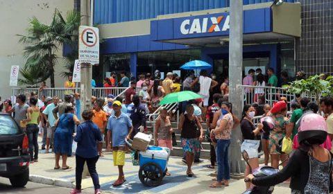 Fila para atendimento na Caixa Econômica dá volta no quarteirão, em Juazeiro