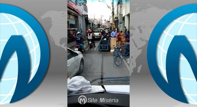 Vídeo revela populares de Juazeiro em aglomeração no centro da cidade