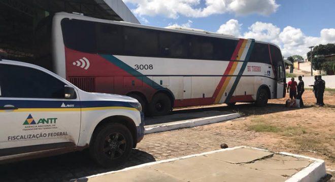 Ônibus vindo de São Paulo com mais de 25 infrações de trânsito é apreendido em Brejo Santo