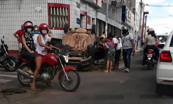 Carro capota no centro de Juazeiro e jovem morre após acidente em Brejo Santo