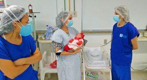 Prematura extrema nascida com 800 gramas recebe alta de hospital antes do previsto e emociona equipe