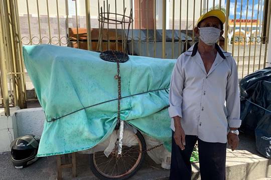 Vendedor ambulante parado há três meses cumpre isolamento social, em Juazeiro