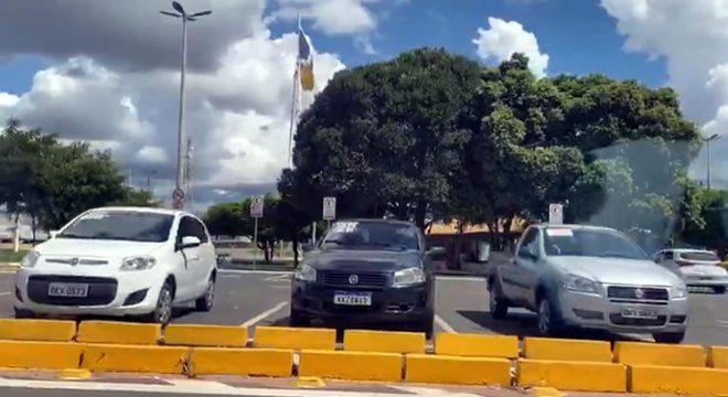 Rotatória do Crajubar volta a servir como revenda de veículos, denuncia leitor