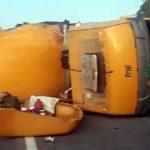 Carreta dos Correios se choca com caminhão na BR-116 e tem carga saqueada; um motorista morreu