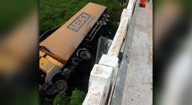 Carreta dos Correios cai de ponte na BR 116, em Limoeiro do Norte, e deixa duas pessoas feridas