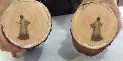 'Imagem de Jesus' que aparece em tronco de árvore após poda intriga operários em MS