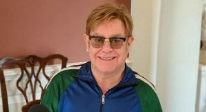 Elton John comemora 30 anos de sobriedade e diz que poderia estar morto